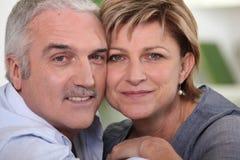 Verticale d'étreindre aîné de couples Images stock