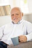 Verticale d'aîné avec la tasse de café Photos libres de droits