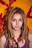 Verticale d'adolescent féminin attirant Photo libre de droits