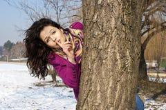 Verticale d'adolescente attirante avec le doigt sur des languettes effectuant un signe de garder la tranquillité photographie stock