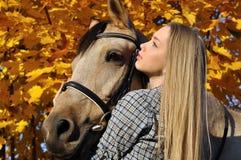 Verticale d'adolescente et de cheval Image libre de droits