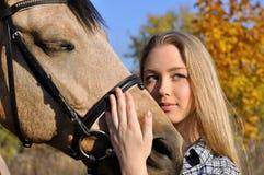 Verticale d'adolescente et de cheval Image stock