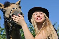 Verticale d'adolescente et de cheval Photographie stock libre de droits
