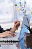 Verticale d'affaires de taper sur l'ordinateur portatif photo libre de droits