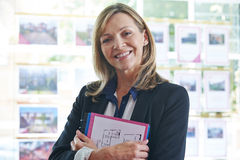 Verticale d'agent immobilier femelle dans le bureau Photographie stock libre de droits