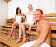Verticale d'amis dans le sauna Photographie stock libre de droits