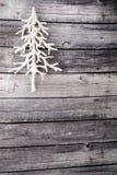 Verticale d'arbre de Noël blanc sur le plancher en bois Photographie stock libre de droits