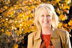 Verticale d'automne de femme entre deux âges heureux Photo libre de droits