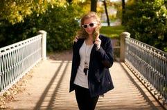 Verticale d'automne de la jeune fille Photographie stock