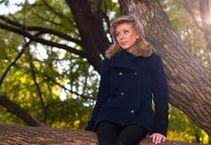 Verticale d'automne de la jeune fille Photographie stock libre de droits