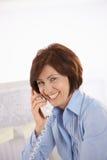 Verticale d'employé de bureau aîné au téléphone Images libres de droits