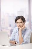 Verticale d'employé de bureau féminin avec l'ordinateur photos stock