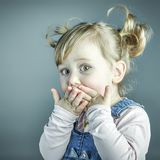 Verticale d'enfant étonné Photographie stock libre de droits