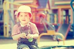 Verticale d'enfant de deux ans à la cour de jeu Photos stock