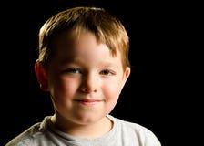 Verticale d'enfant souriant d'un air affecté malfaisant Photo libre de droits