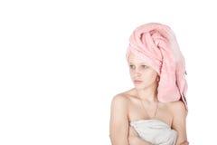 Verticale d'essuie-main enveloppé par femme Image libre de droits