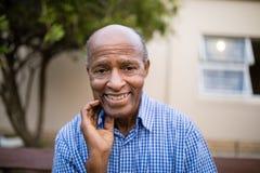 Verticale d'homme aîné de sourire Photo libre de droits