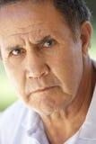 Verticale d'homme aîné fronçant les sourcils à l'appareil-photo Images libres de droits