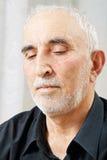 Verticale d'homme aîné songeur Photo libre de droits