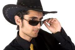 Verticale d'homme bel avec les lunettes de soleil noires. Photos libres de droits