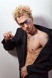 Verticale d'homme blond bel dans des lunettes de soleil Photos libres de droits