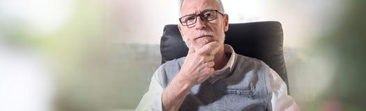 Verticale d'homme d'affaires aîné Image libre de droits