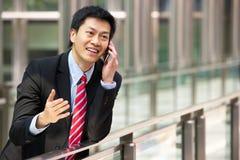 Verticale d'homme d'affaires chinois en dehors de bureau photographie stock