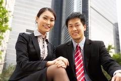 Verticale d'homme d'affaires et de femme d'affaires chinois Images libres de droits