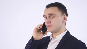 Verticale d'homme d'affaires occasionnel parlant sur le téléphone portable D'isolement sur le blanc clips vidéos