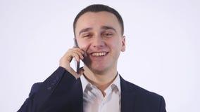 Verticale d'homme d'affaires occasionnel parlant sur le téléphone portable D'isolement sur le blanc banque de vidéos