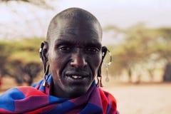 Verticale d'homme de Maasai en Tanzanie, Afrique Photographie stock libre de droits