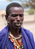 Verticale d'homme de Maasai en Tanzanie, Afrique Photos stock