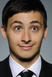 Verticale d'homme de sourire d'affaires dans le procès formel Photos stock