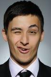 Verticale d'homme de sourire d'affaires dans le procès formel Photographie stock