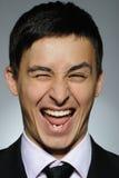Verticale d'homme de sourire d'affaires dans le procès formel Images stock