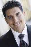 Verticale d'homme de sourire dans le procès et la relation étroite Photo stock