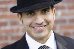Verticale d'homme de sourire dans le procès et la relation étroite Image stock