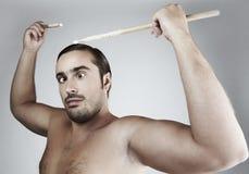 Verticale d'homme drôle battant les bâtons à tambour photos stock