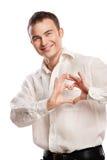 Verticale d'homme heureux effectuant le coeur à partir de ses mains Photos libres de droits