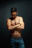 Verticale d'homme sportif de torse nu photographie stock libre de droits