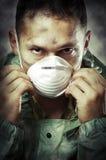 Verticale d'homme triste dans le masque respiratoire Photos libres de droits