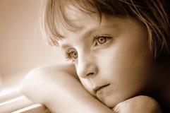 Verticale d'hublot de petite fille regardant à l'extérieur Photos stock