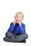 Verticale d'isolement de garçon mignon effectuant le visage drôle image stock