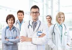 Verticale d'équipe médicale restant dans l'hôpital Photographie stock libre de droits