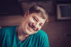 Verticale d'un adolescent de sourire image libre de droits