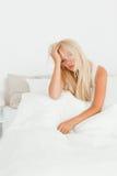 Verticale d'un beau femme s'asseyant sur son bâti Photos stock