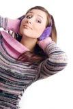 Verticale d'un beau jeune femme avec l'écouteur Image libre de droits