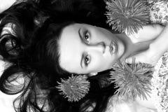 Verticale d'un beau modèle dans le b&w de fleurs Images libres de droits