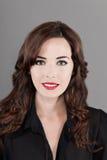 Verticale d'un beau sourire de femme de brunette Photographie stock libre de droits