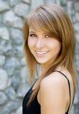 Verticale d'un beau sourire de jeune femme photographie stock